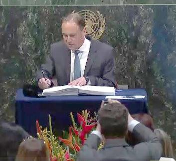 Greg Hunt signs Paris Agreement in New York