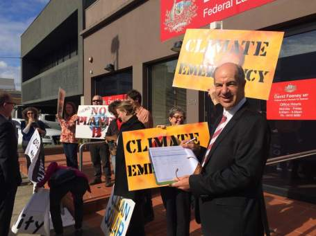 Former Wills MP Kelvin Thomson signs climate emergency petition